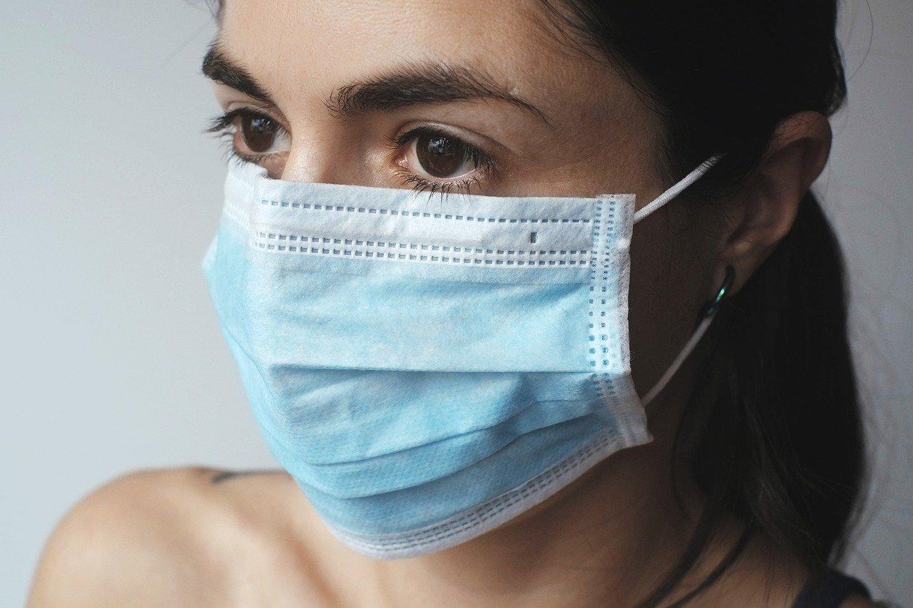 Kobieta w maseczce - pamiętaj o zasłanianiu nosa i ust w przestrzeni publicznej