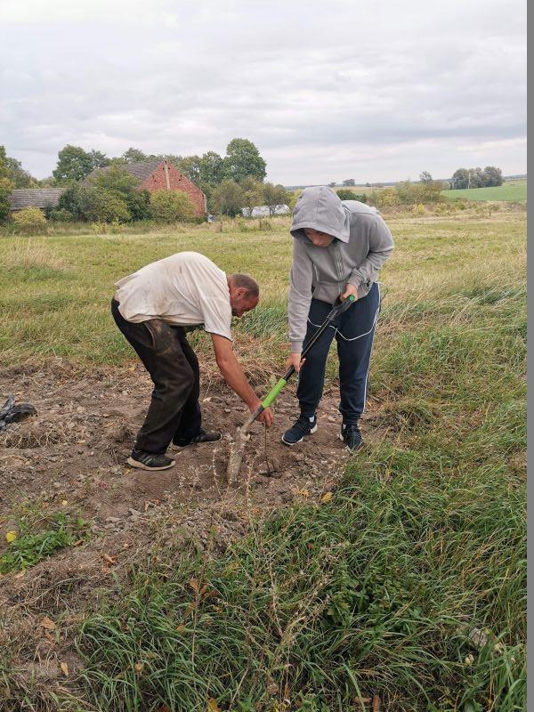 Mieszkańcy Orzechowa sadzą drzewko.