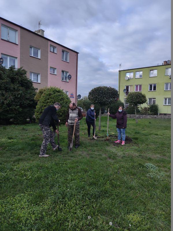 Uczestnicy projektu wspólnie przygotowują plac pod elementy siłowni zewnętrznej.