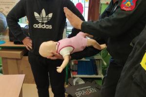 Druhowie przekazują praktyczne umiejętności udzielania pierwszej pomocy