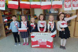 """Dzieci z """"zerówek"""" w Cedyni znają symbole narodowe"""