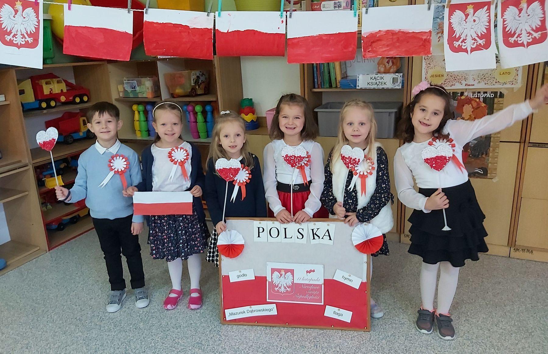"""Dzieci z """"zerówek"""" w Cedyni znają symbole narodowe."""