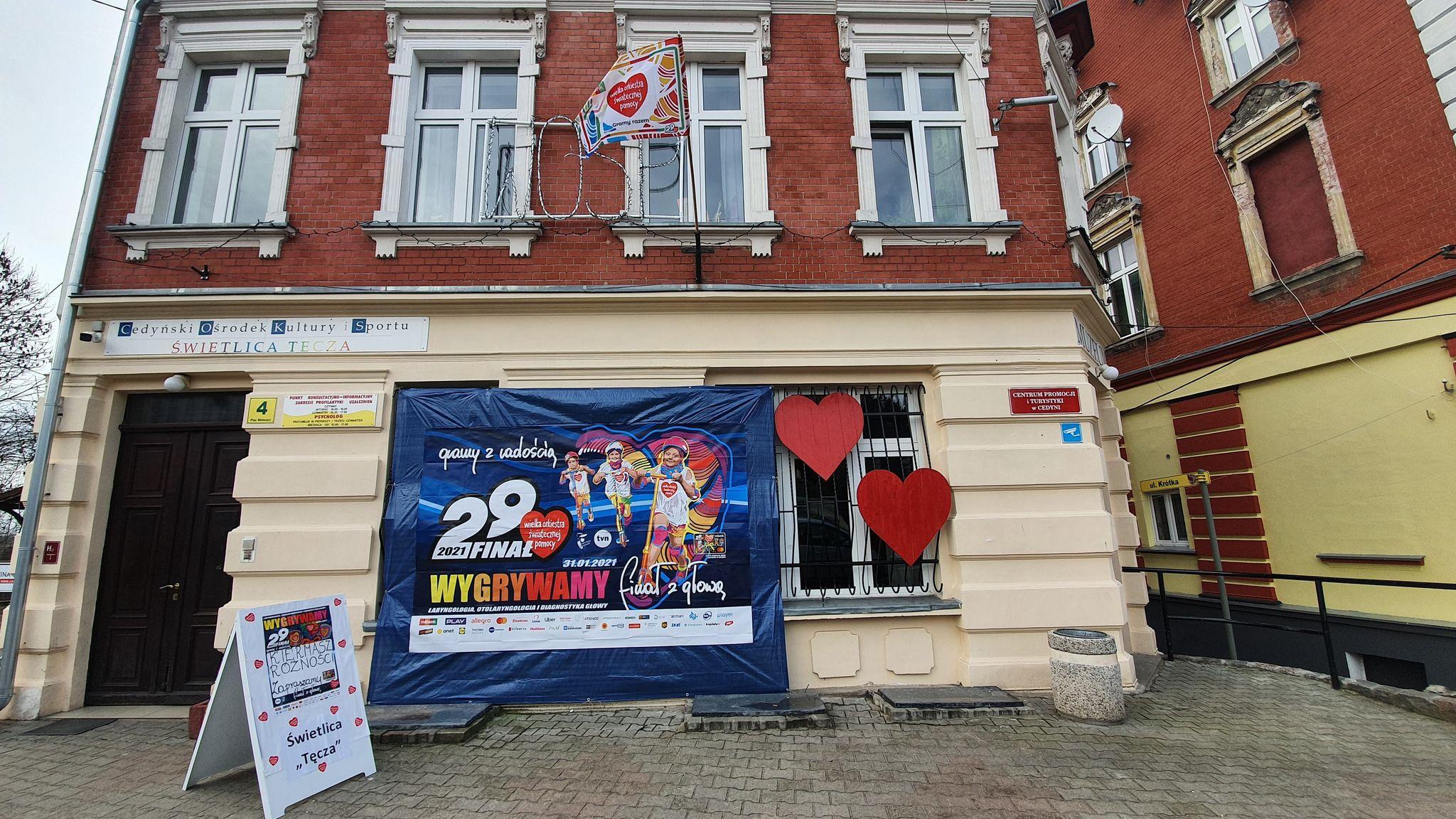 Budynek Cedyńskiego Ośrodka Kultury i Sportu, baner 29. finału WOŚP