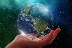 Dłoń trzymająca planetę Ziemia
